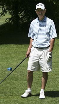 Golfer-teeing-up