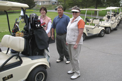 Golfers-load-cart